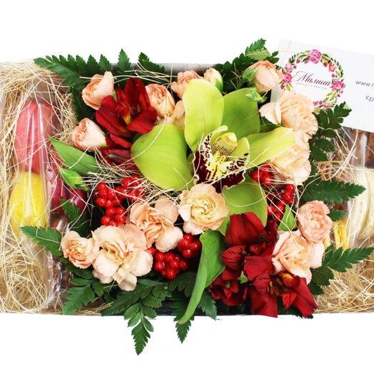 Коробочка с цветами и макарунами №32: букеты цветов на заказ Flowwow