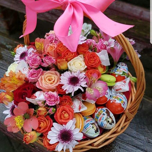 Корзинка Микс с киндерами: букеты цветов на заказ Flowwow