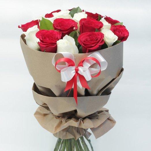Красные и белые розы: букеты цветов на заказ Flowwow