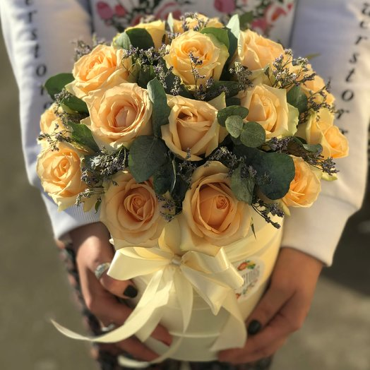 Коробки с цветами. Розы.  19 роз . Лимониум .Эвкалипт. N232: букеты цветов на заказ Flowwow