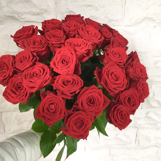 Букет из 31 красной местной розы 50 см: букеты цветов на заказ Flowwow