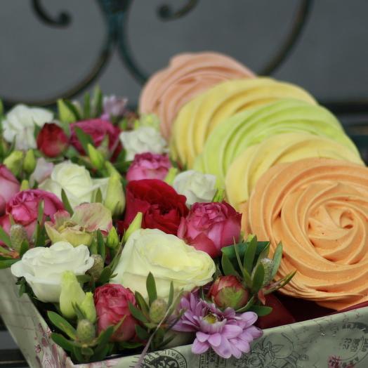 Композиция из роз, лизиантуса и безе