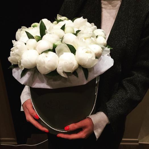 25 белых пионов в шляпной коробке: букеты цветов на заказ Flowwow