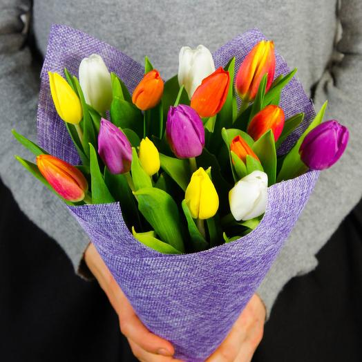 15 ярких тюльпанов в упаковке