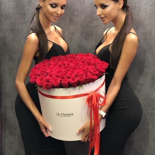 Ароматные бархатные розы в коробке: букеты цветов на заказ Flowwow