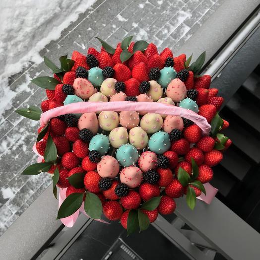 Эксклюзивная корзина с ягодами в шоколаде