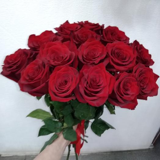 Красная роза в букете: букеты цветов на заказ Flowwow