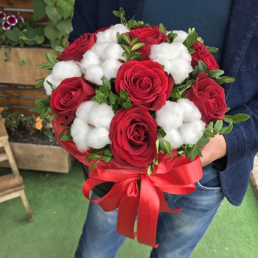 Коробка с розами и хлопком: букеты цветов на заказ Flowwow