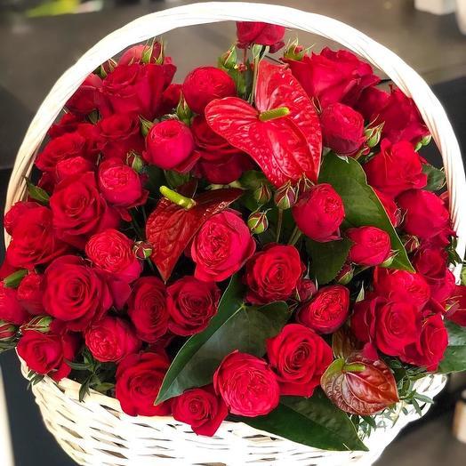 Корзина роз с антуриумом: букеты цветов на заказ Flowwow