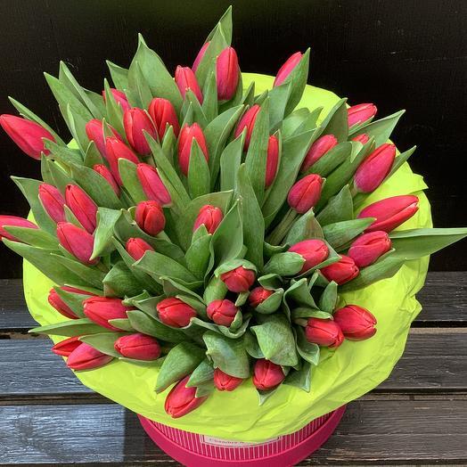 Ароматные тюльпаны в подарочной коробке: букеты цветов на заказ Flowwow