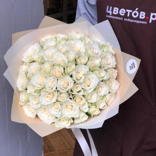 51 белая роза в бежевой плёнке: букеты цветов на заказ Flowwow