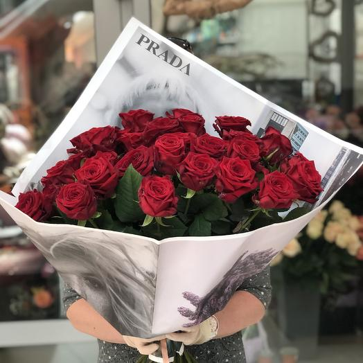 35 красных роз в гламурной упаковке