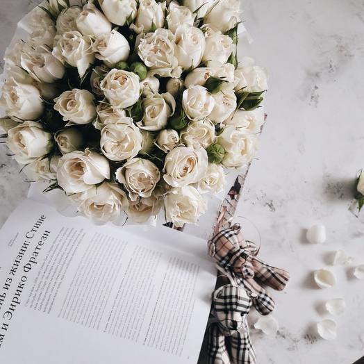 Белые кустовые розы в шляпной коробке-миди: букеты цветов на заказ Flowwow