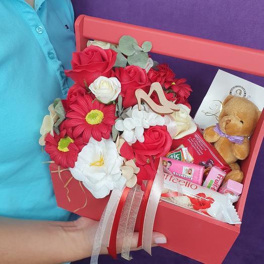 Подарочный набор в ящике из мыльных цветов, чая и конфет