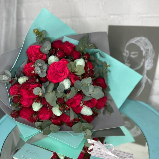 19 пионовидных кустовых роз с эвкалиптом и клубникой в шоколаде