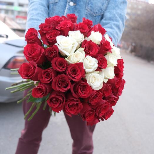 51 красная роза с белым сердцем