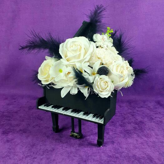 Чёрное пианино из мыльных цветов