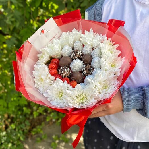 Клубника с хризантемой