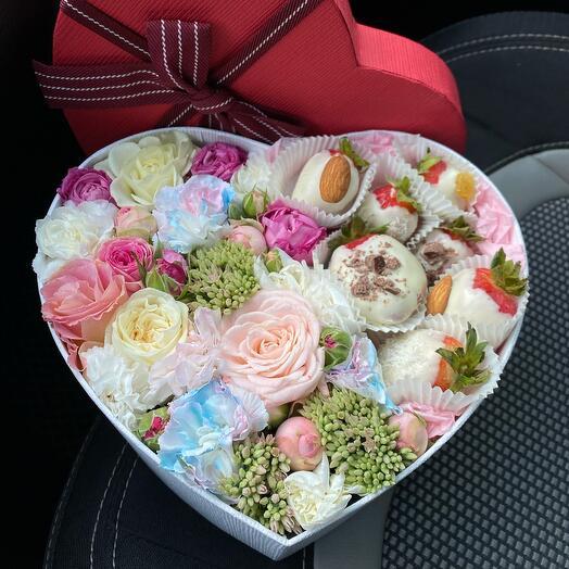 Сборная коробка с клубникой в шоколаде