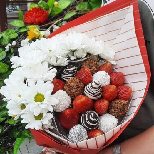 Букет из клубники с хризантемой