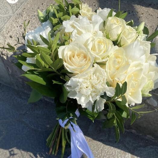 Букет невесты розы пионы диантусы