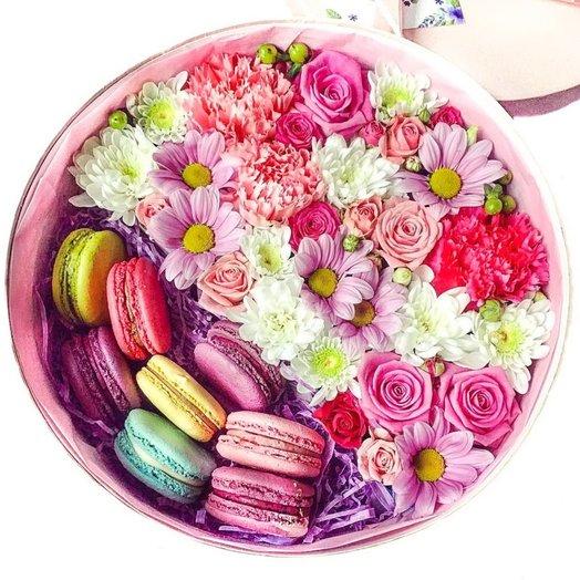 Цветы микс в круглой коробке (8 макарун): букеты цветов на заказ Flowwow