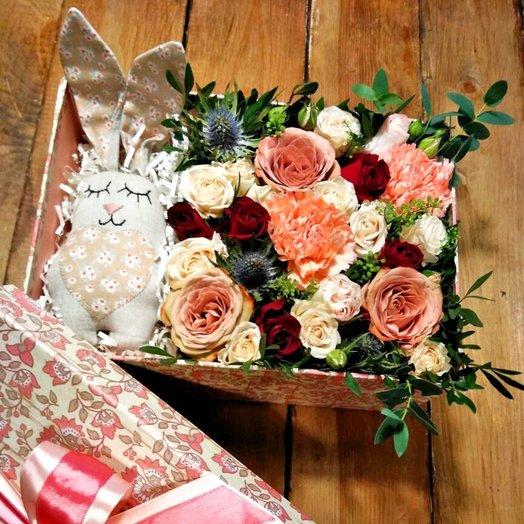 Коробка с миксом из роз и игрушкой ручной работы: букеты цветов на заказ Flowwow