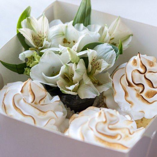 Альстромерия и 3 капкейка: букеты цветов на заказ Flowwow