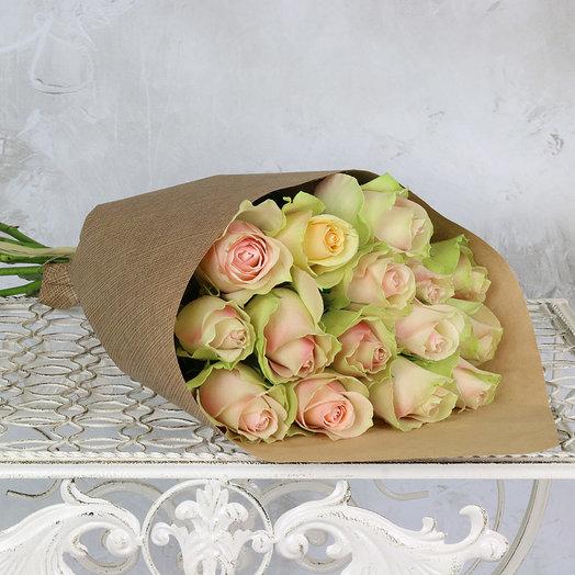 Букет из 15 розово-зеленых роз в крафте
