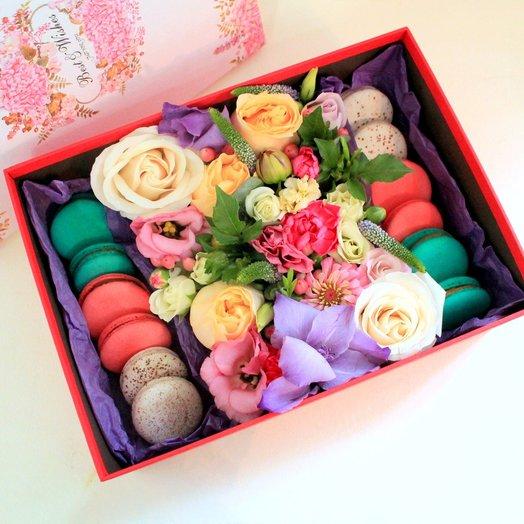 Большая подарочная коробка с цветами и макарунами