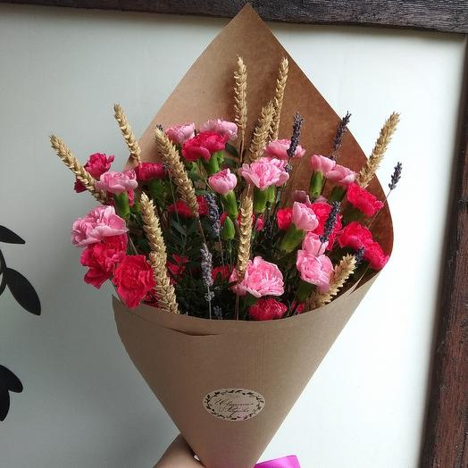 Букет с кустовыми гвоздичками, колосьями и лавандой: букеты цветов на заказ Flowwow