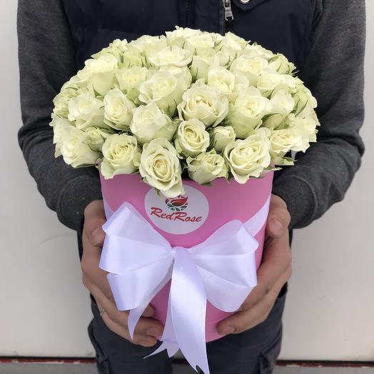 Белые кустовые розы в шляпной коробочке: букеты цветов на заказ Flowwow