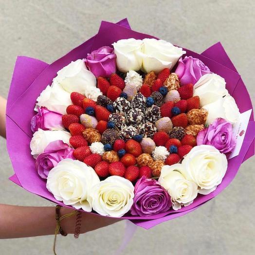 Букет из клубники в бельгийском шоколаде и роз: букеты цветов на заказ Flowwow