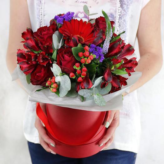 Композиция из роз, альстромерий и герберы в шляпной коробке