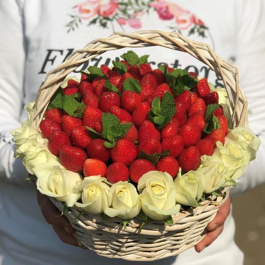Корзины с цветами .Клубника с белой розой. N615