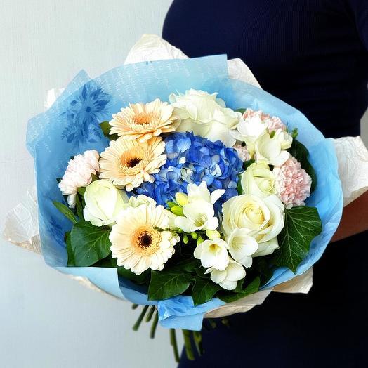 Милый букет с синей гортензией