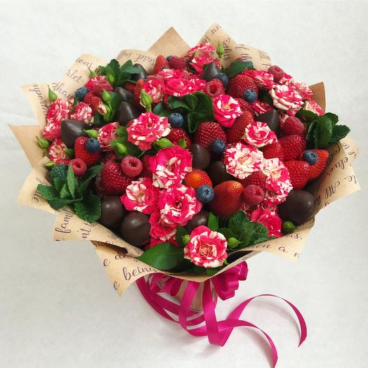 Букет из ярких розовых роз и ягод