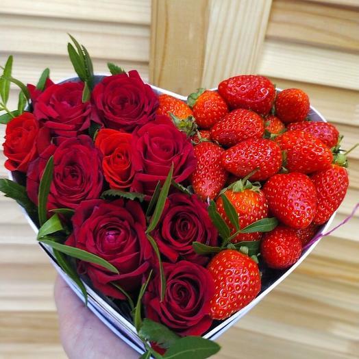 """Коробочка с розами и клубникой """"Ля мур"""""""
