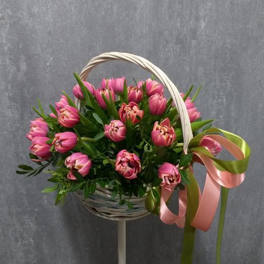 Пионовидные тюльпаны в корзине