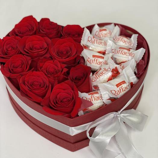 Коробка  сердце с цветами и рафаэлло