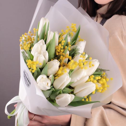 Белые тюльпаны с мимозой