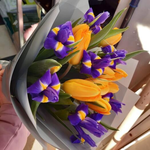 Букет ирисы с тюльпанами