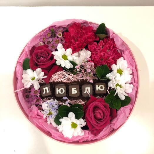 Цветочная композиция с шоколадными буквами