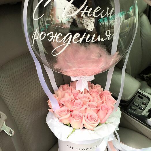 Розы в коробке с шаром