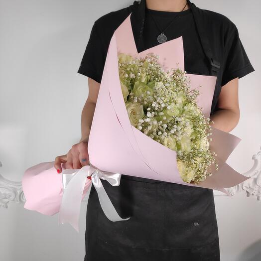 Букет композиция из 35 роз и гипсофилы (коробка конфет в подарок, условие в описании)