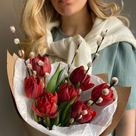 Красные тюльпаны с вербой
