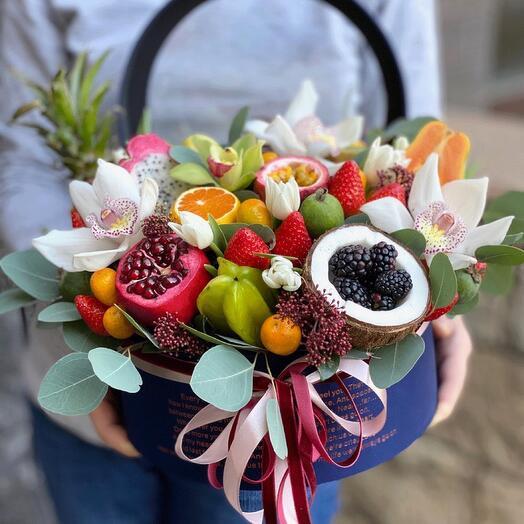 Цветы в коробке с экзотическими фруктами