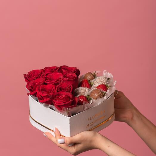 "Коробка с клубникой и розами ""Романтика"""