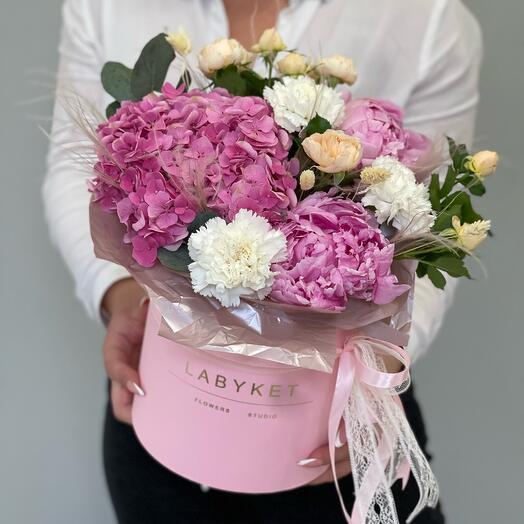 Розовый цилиндр с цветами