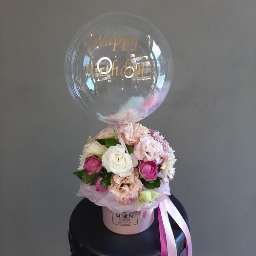Коробка с цветами и шаром мисти баблс с перьями и надписью
